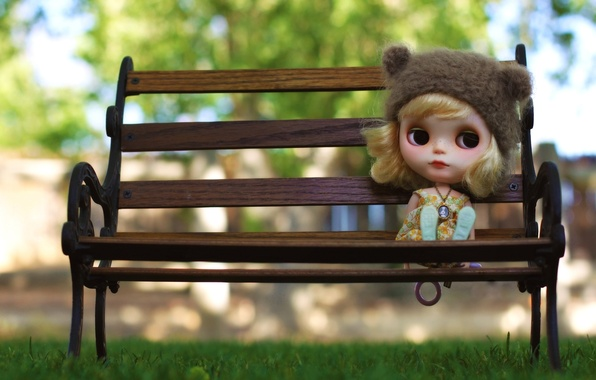 Картинка грусть, трава, скамейка, настроение, шапка, игрушка, кукла, блондинка, медальон, кулон, ожидание