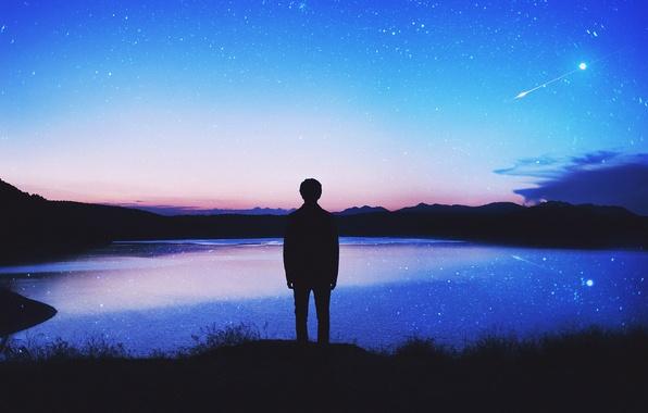 Картинка небо, звезды, облака, озеро, отражение, зеркало, силуэт, мужчина, сумерки