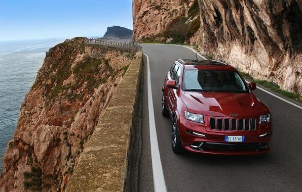 Картинка дорога, горы, красный, берег, джип, передок, Jeep, СРТ8, Гранд Чероке, Grand Cherokee.SRT8.Джип