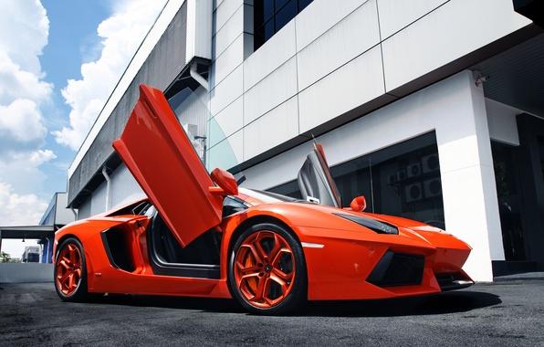 Картинка небо, оранжевый, здание, Lamborghini, суперкар, supercar, sky, orange, aventador, ламборгини, авентадор, building