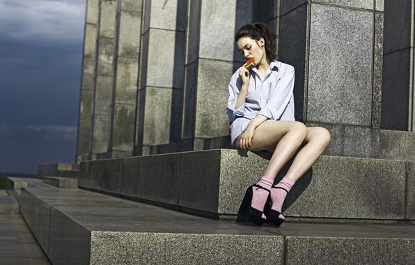 Картинка девушка, поза, арбуз, ступеньки, носки, рубашка, сидит, босоножки, носочки