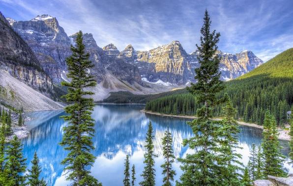 Картинка лес, небо, облака, снег, деревья, горы, озеро, ель, Alberta, Canada, канада, Moraine Lake