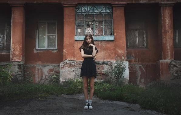Картинка трава, взгляд, девушка, дом, настроение, улица, модель, одежда, здание, окна, кеды, портрет, платье, носки, шатенка, …