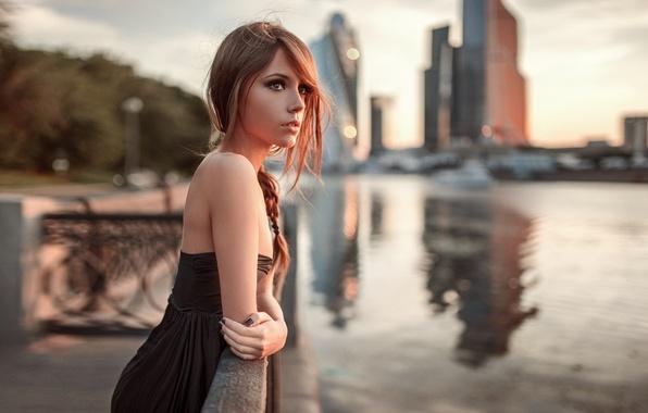 Картинка взгляд, девушка, город, река, настроение, модель, портрет, платье, черное, шатенка, sexy, красивая, beauty, Moscow, боке, …