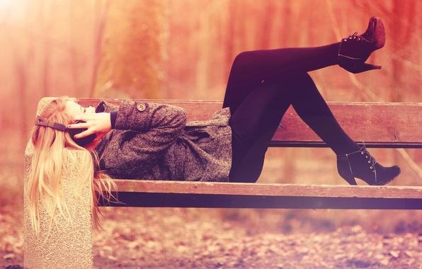 Картинка осень, свобода, девушка, скамейка, парк, музыка, настроение, отдых, music, наушники, лавочка, relax, скамья, уединение, headphones, …