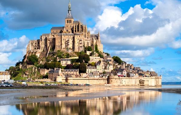 Фото обои отражение, остров, Франция, Mont Saint Michel, замок, крепость, небо, река, облака