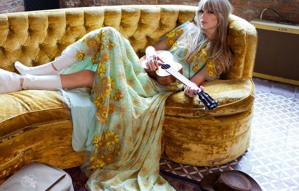 Картинка поза, стена, модель, гитара, кирпич, шляпа, платье, прическа, фотограф, пол, лежит, певица, Taylor Swift, сапожки, …