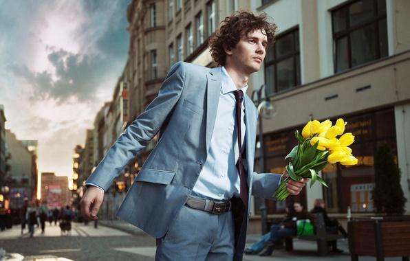 Картинка цветы, улица, человек, желтые, костюм, галстук, тюльпаны, мужчина, кудри