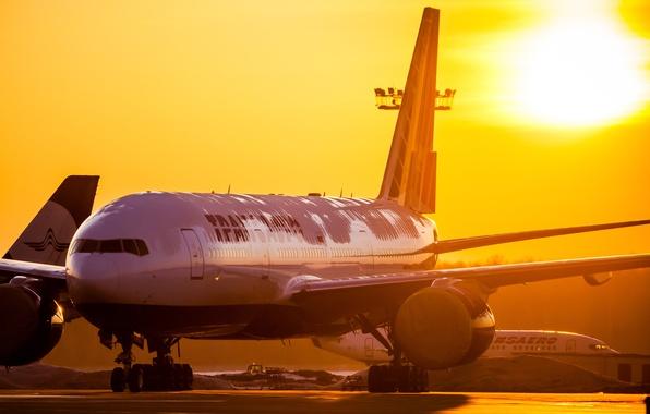Картинка солнце, восход, утро, аэропорт, Boeing, 300, Airlines, 777, Transaero, Трансаэро