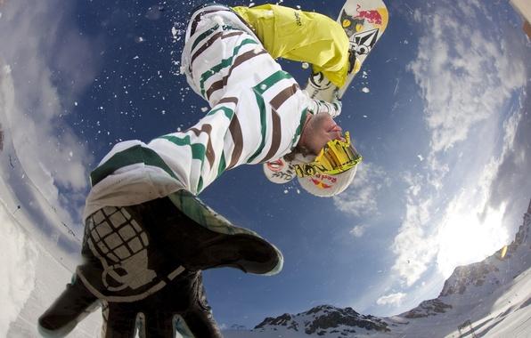 Картинка зима, небо, облака, снег, горы, природа, прыжок, обои, сноубординг, спорт, Сноуборд, очки, wallpaper, доска, snowboarding