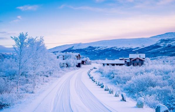 Картинка зима, дорога, снег, горы, деревня, Норвегия, домики, Norway, Скандинавские горы, Довре, Dovre, Scandinavian Mountains