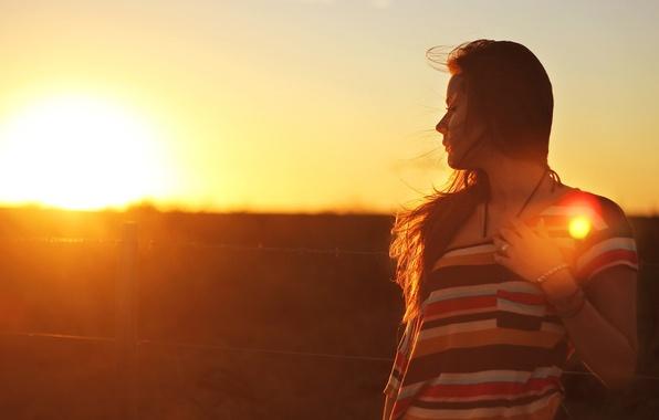 Картинка девушка, солнце, свет, закат, волосы, брюнетка, браслет, long hair, women, brunette, sunlight, bracelet, outdoors