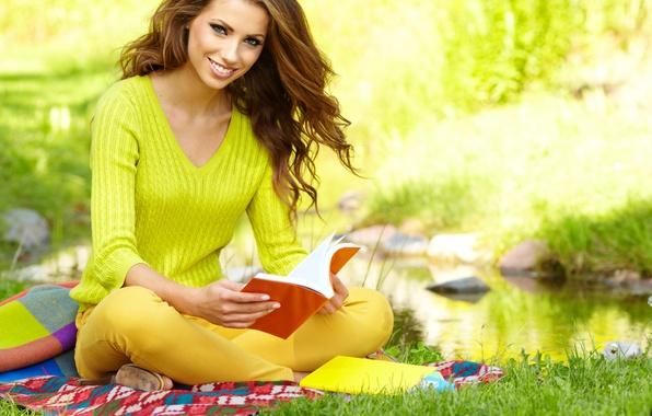 Картинка трава, девушка, улыбка, пруд, книга, шатенка, плед, сидит