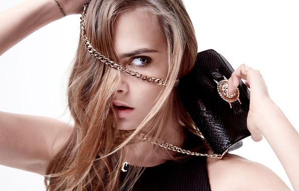 Картинка взгляд, крупный план, модель, волосы, актриса, фотограф, белый фон, сумочка, цепочка, фотосессия, бренд, Cara Delevingne, …
