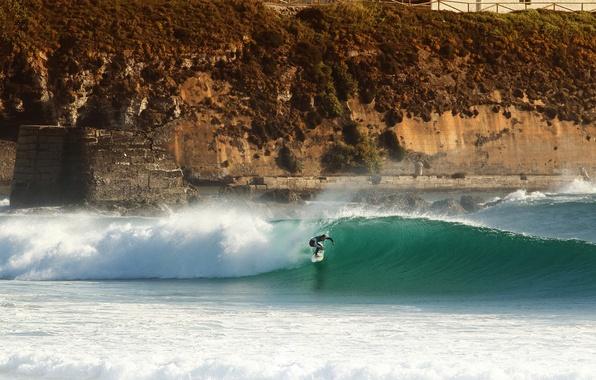 Картинка море, волны, скала, серфер, серфинг, экстремальный спорт, доска для серфинга