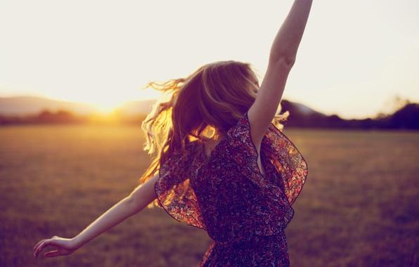 Картинка поле, трава, солнце, радость, закат, горы, природа, поза, волосы, Девушка, блондинка, girl, grass, happy, длинные …
