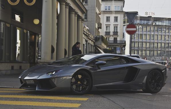 Картинка девушка, серый, улица, Lamborghini, суперкар, girl, supercar, street, aventador, lp700-4, ламборгини, авентадор, gray