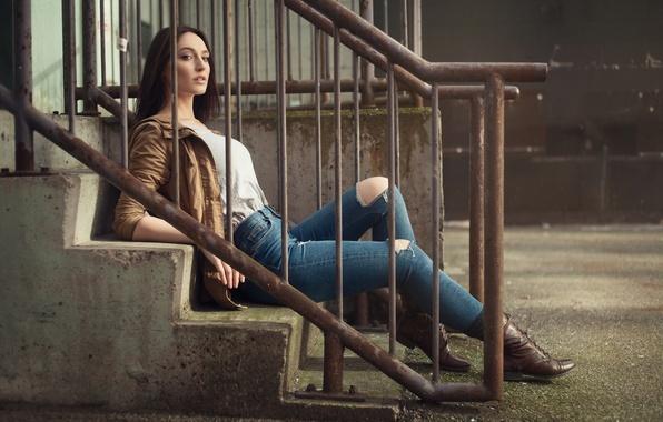 Картинка девушка, джинсы, брюнетка, куртка, лестница, перила, girl, ножки, photo, model, Jason Harynuk, Jacqueline Mae