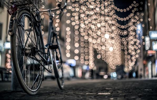 Картинка зима, дорога, ночь, велосипед, город, огни, улица, столб, брусчатка, боке