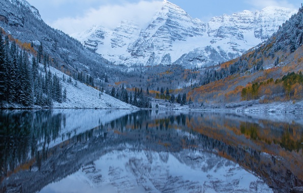 Картинка иней, осень, небо, облака, снег, деревья, горы, озеро