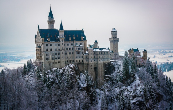 Картинка зима, лес, небо, снег, деревья, замок, башня, даль, Neuschwanstein, бавария, германия, людвиг