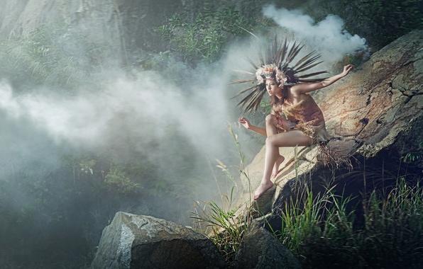 Картинка девушка, природа, поза, туман, камни, перья, джунгли