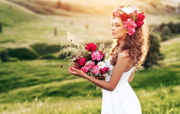 Картинка зелень, поле, трава, девушка, пейзаж, цветы, букет, макияж, платье, прическа, шатенка, красивая, в белом, на …