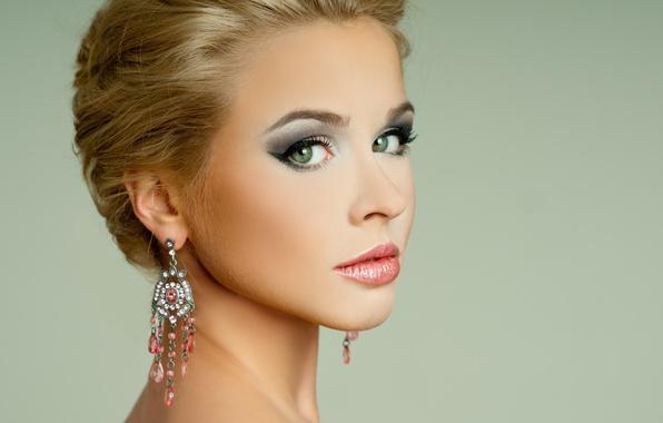 Картинка взгляд, девушка, стрелки, модель, макияж, прическа, блондинка, плечи, зеленые глаза