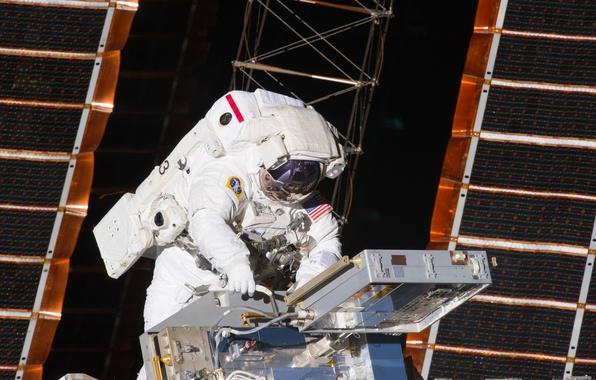 Картинка космос, космонавт, скафандр, МКС, солнечные батареи