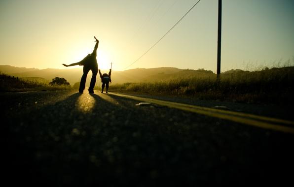Картинка дорога, небо, солнце, свет, путь, настроение, дороги, руки, папа