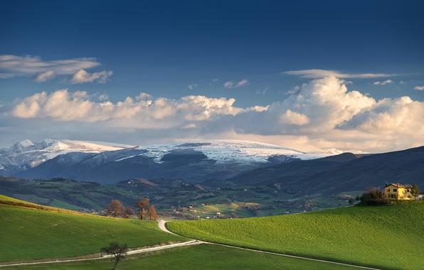 Картинка дорога, поле, небо, облака, горы, дом, ферма