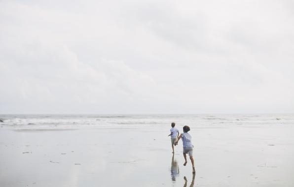 Картинка песок, море, пляж, небо, свет, радость, дети, берег, бег, день