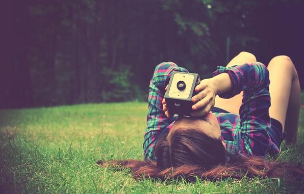 Картинка зелень, лето, трава, девушка, природа, фон, обои, настроения, брюнетка, фотоаппарат, бинокль