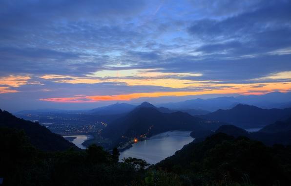 Картинка небо, облака, свет, деревья, закат, горы, природа, город, огни, холмы, голубое, вид, высота, вечер, панорама, …