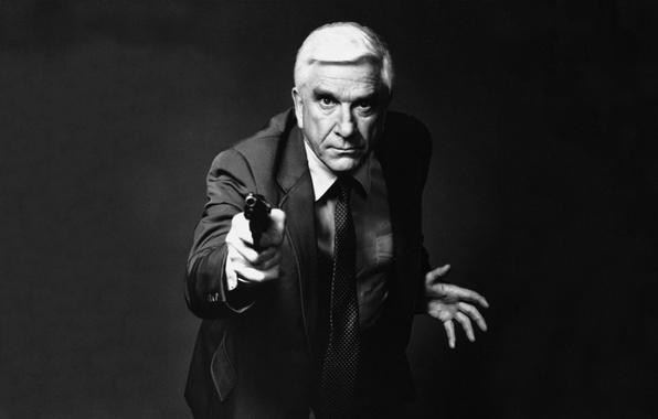 Картинка пистолет, актер, мужчина, комик, Leslie Nielsen, лесли нильсен, комедиант, галстук.оружие