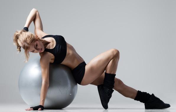 Картинка девушка, фон, спорт, мяч, шар, фитнес, спортивная форма
