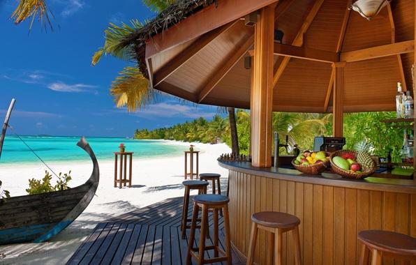 Картинка песок, море, пляж, тропики, пальмы, океан, остров, стулья, бар, фрукты, стойка, барная, лодка.