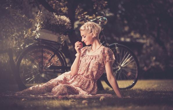 Картинка девушка, велосипед, ретро, листва, яблоко, блондинка, бусы, профиль, лужайка