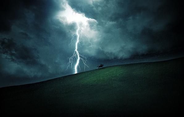 Картинка поле, небо, трава, облака, дождь, холмы, молнии, молния, пейзажи, лошадь, поля, лошади, всадники, дожди