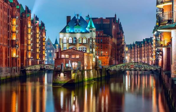 Картинка свет, мост, город, огни, дома, вечер, Германия, подсветка, канал, Гамбург, государство, ФРГ, Шпайхерштадт