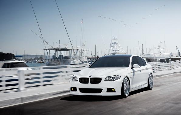 Картинка бмв, скорость, яхты, BMW, причал, белая, white, F10, 5 Series