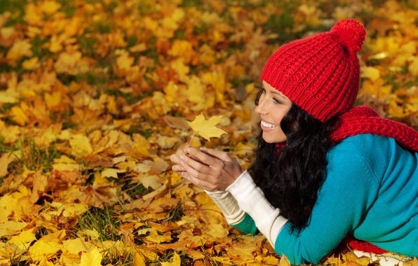 Картинка осень, листья, Девушки, woman, smile, autumn, leaves