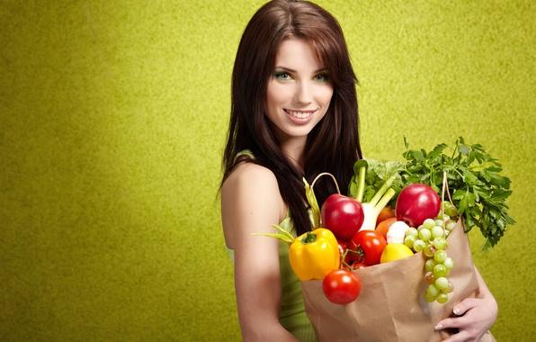 Картинка зелень, девушка, улыбка, лимон, яблоки, макияж, лук, виноград, перец, шатенка, фрукты, овощи, помидоры, покупки, чеснок, …