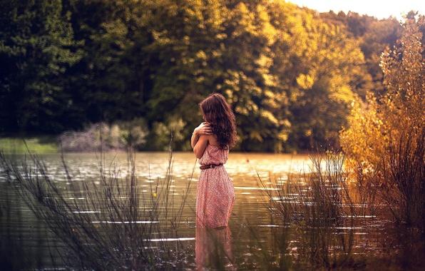 Картинка осень, девушка, река, платье, в воде