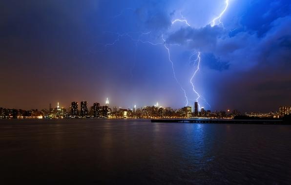 Картинка гроза, вода, облака, ночь, город, огни, океан, молния, небоскрёбы, NYC, нью йорк, синее небо, New …