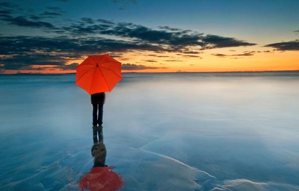 Красный зонт фото