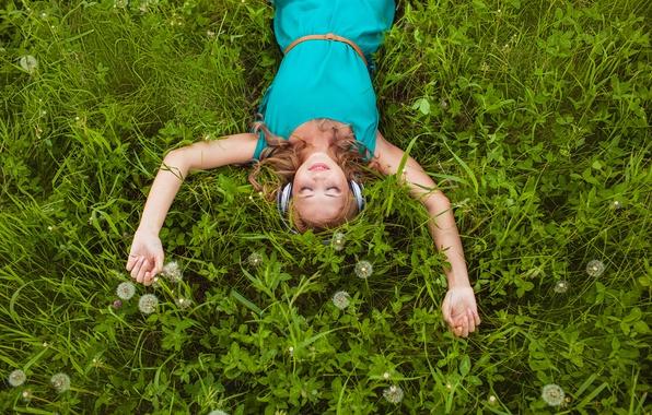 Картинка трава, девушка, улыбка, наушники, блондинка, клевер, одуванчики, локоны