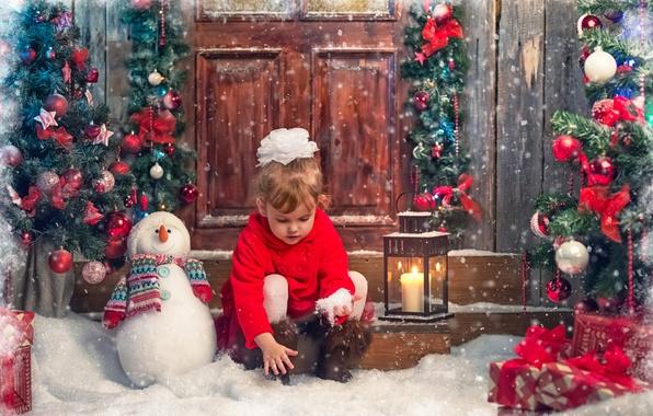 Картинка снег, дети, игрушки, елка, новый год, свеча, девочка, фонарь, подарки, снеговик, бантик, пальто