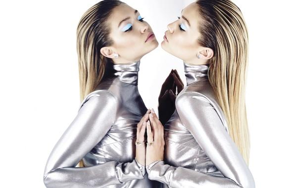 Картинка девушка, стиль, отражение, модель, макияж, платье, зеркало, прическа, фотограф, белый фон, Elle, Gigi Hadid, Джиджи …