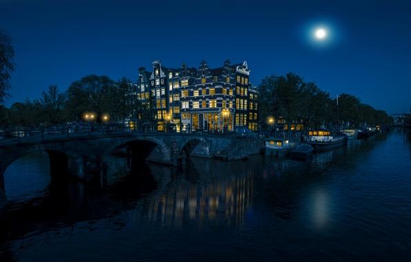 Картинка небо, деревья, ночь, мост, огни, река, луна, дома, Амстердам, Нидерланды, катера, водоканал